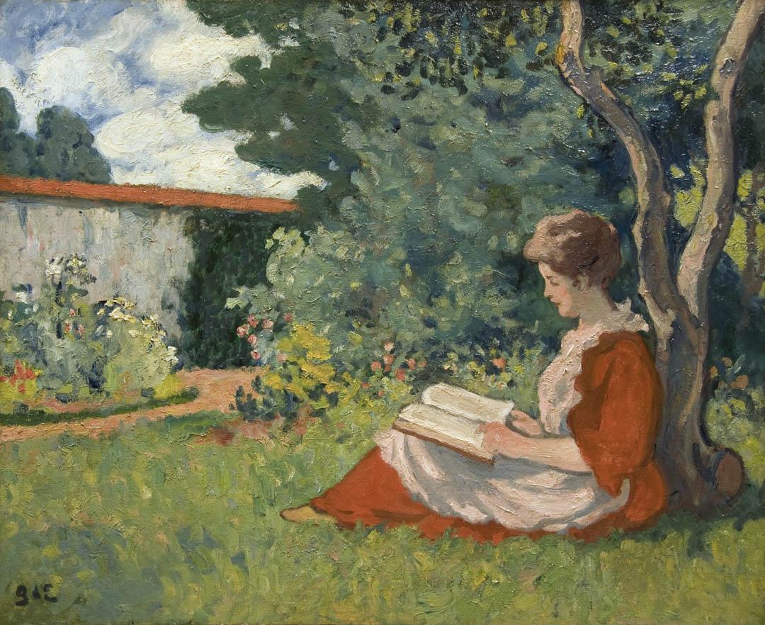 Femme lisant dans un jardin